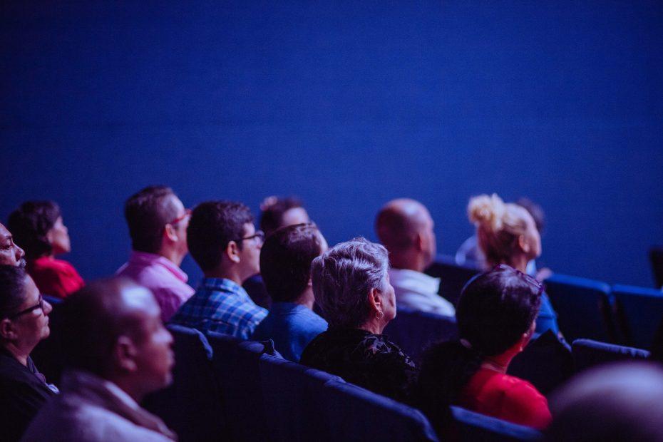 Mennesker som sitter i en sal
